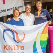 KLNTB voorzitter Roger Davids (rechts) met eerste KNLTB-regenboogvlag