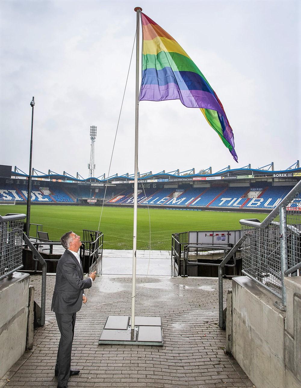 Martin van Geel hijst regenboog vlag