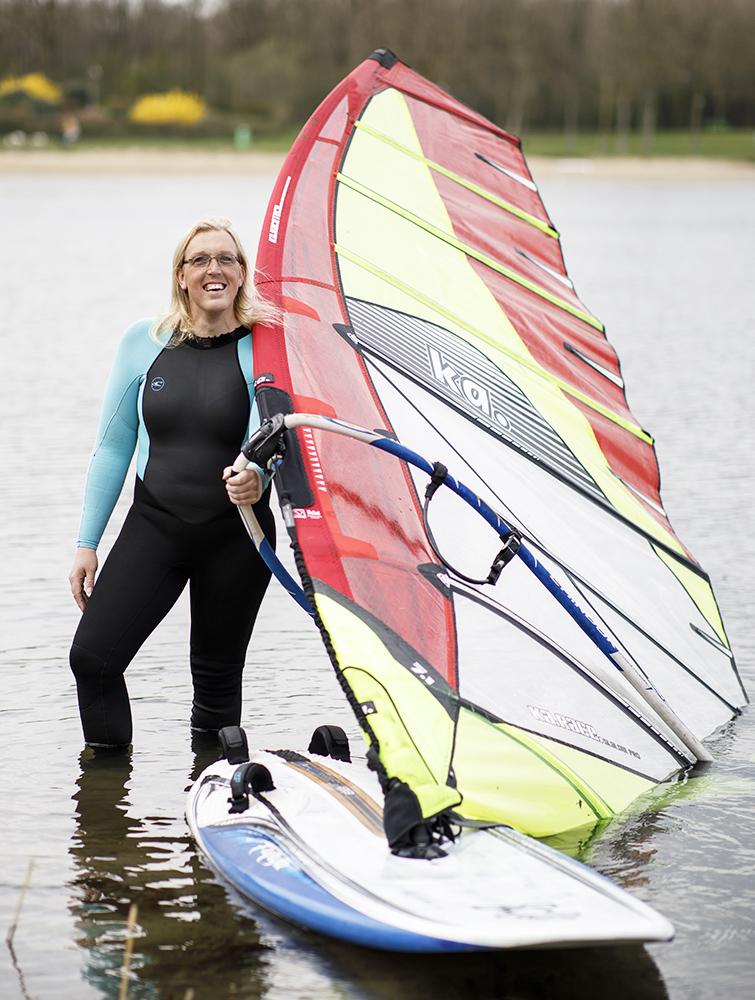 Laura van Beckhoven met surfplank